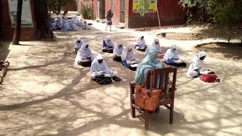 چونیاں:کلاس روم خستہ حالی پر سیل، طالبات شدید گرمی میں کھلے آسمان تلے تعلیم حاصل کرنے پر مجبور