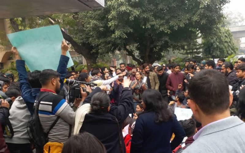 پنجاب یونیورسٹی کے طلباء کا وی سی آفس کے باہر احتجاج