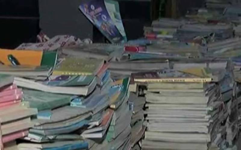 سرکاری کتب کباڑ میں فروخت کرنے پر خاتون ٹیچر معطل