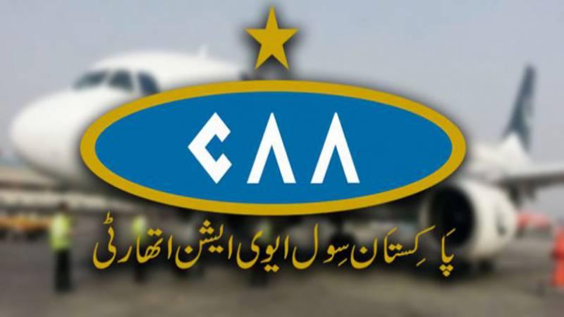 CAA ملازم کی دیانتداری۔۔ غیرملکی کرنسی سے بھرا گمشدہ پرس مسافر کو لوٹا دیا