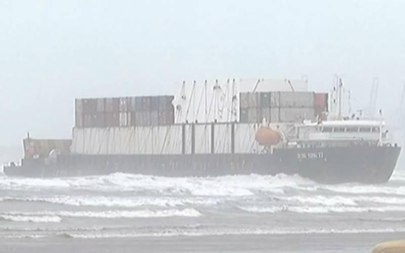 کراچی: کنٹینرسے لدا کارگو بحری جہاز پھنس گیا