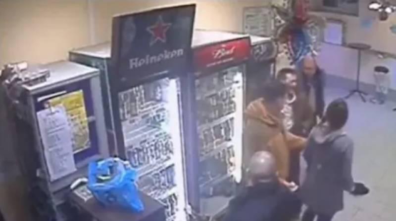 لڑکی کے ہاتھوں ہٹے کٹے شخص کی زبر دست پٹا ئی۔۔ویڈیو وائرل