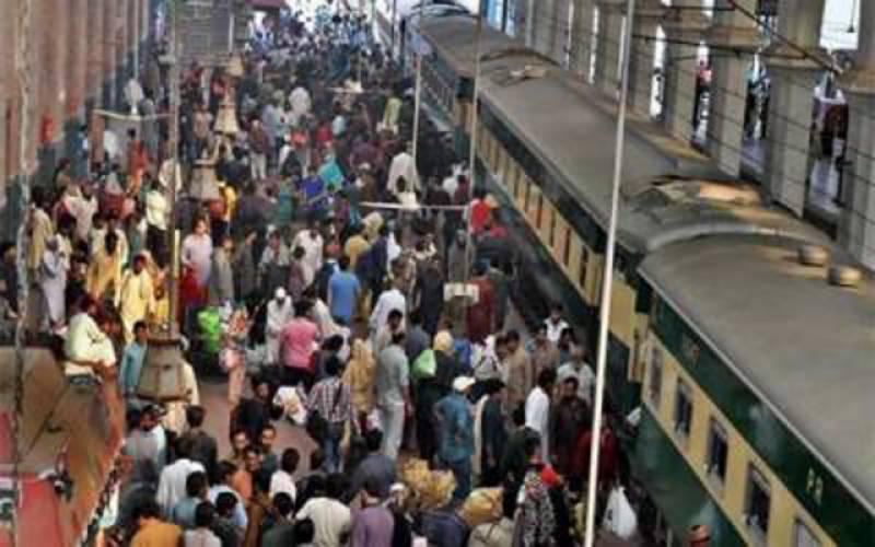 ٹرینوں کا شیڈول متاثر ۔۔ مسافر رل گئے