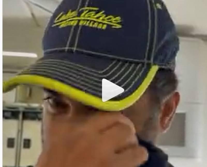 بالی وڈ اداکار کی تن تنہا جہاز میں دبئی کے سفر کی ویڈیوز وائرل