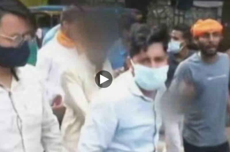 انتہا پسند ہندوئوں کا مسلمان پر بیہمانہ تشدد۔۔بیٹی رحم کی بھیک ما نگتی رہی۔۔ویڈیو وائرل