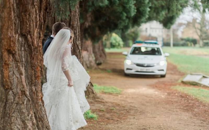 دلہن کی پولیس وین کے ذریعے شادی ہال میں انوکھی انٹری