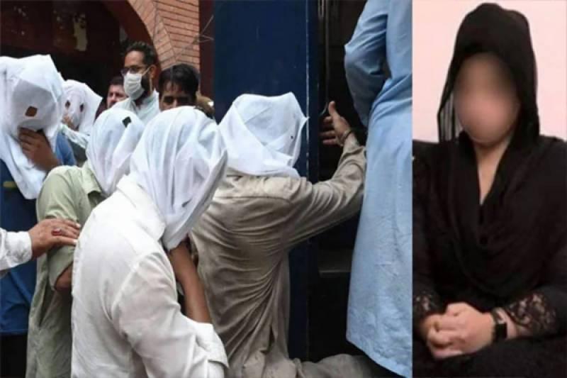 مینار پاکستان واقعہ۔۔ ملزم نے والدہ کے پاؤں میں گر کر کیا التجا کی؟