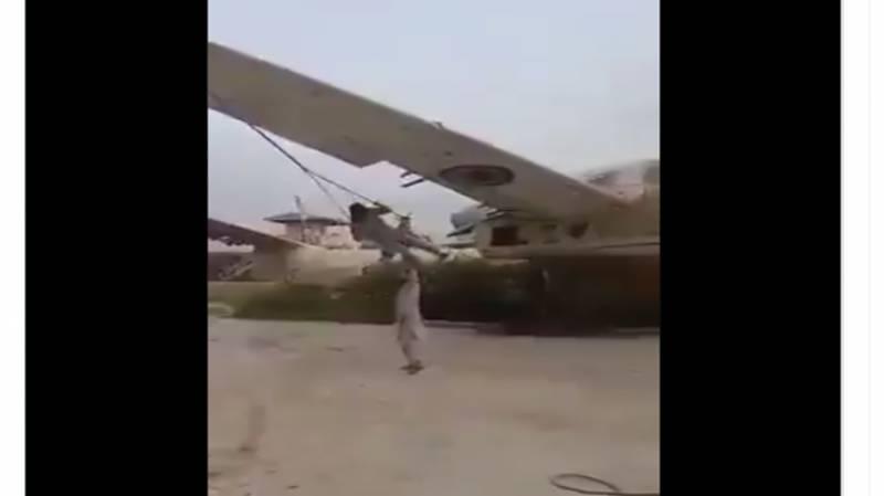 امریکی مال غنیمت۔۔ طالبان نے جہازوں کی پینگ بنا لی۔۔ ویڈیو خوب وائرل