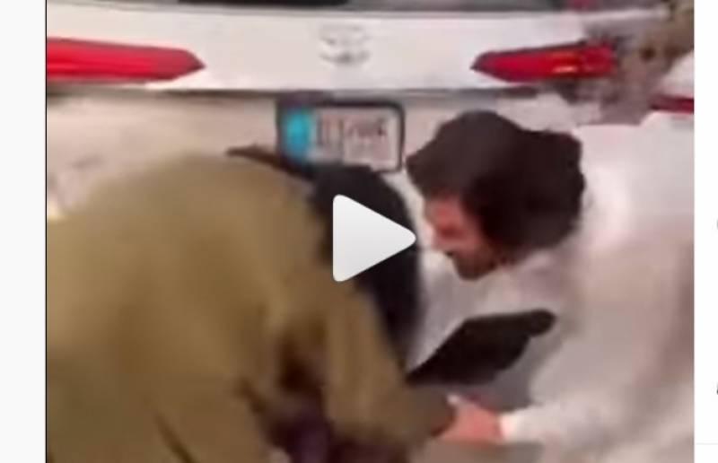 عابدہ پروین نے شفقت امانت کےپائوں کیوں چھو ئے؟ ویڈیو وائرل ہوتے ہی نیا محاذ کھل گیا