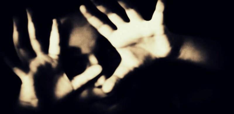 سیالکوٹ۔۔ شوہر کے انتظار میں کھڑی خاتون کو اغوا کر نے کے بعد5 جنسی درندوں کا دل دہلادینے والا اقدام