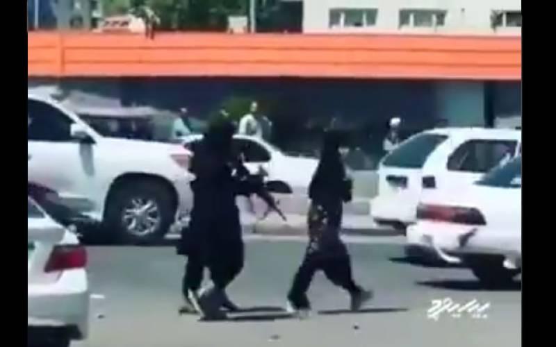 طالبان جنگجو کا خاتون پر تشدد۔۔۔۔۔ویڈیو سامنے آ گئی