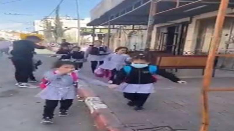 ظلم رہے اور امن بھی ہو ۔۔ فلسطینی سکول کے بچیوں کی روتے ہوئے ویڈیو وائرل